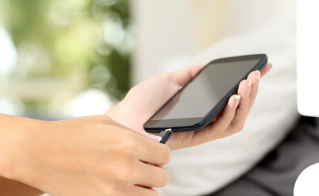 פי 20 קרינ כשהטלפון ליד המיטה (צילום: Wavebreak Media Ltd , 123RF)