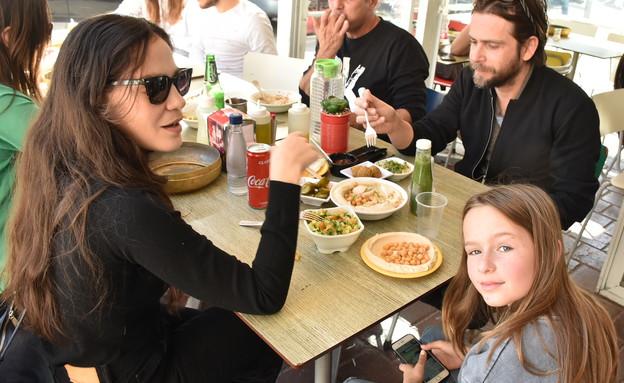 נטע גרטי ופיטר רוט בארוחה משפחתית (צילום: צ'ינו פפראצי)