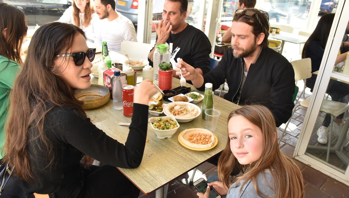 נטע גרטי ופיטר רוט בארוחה משפחתית