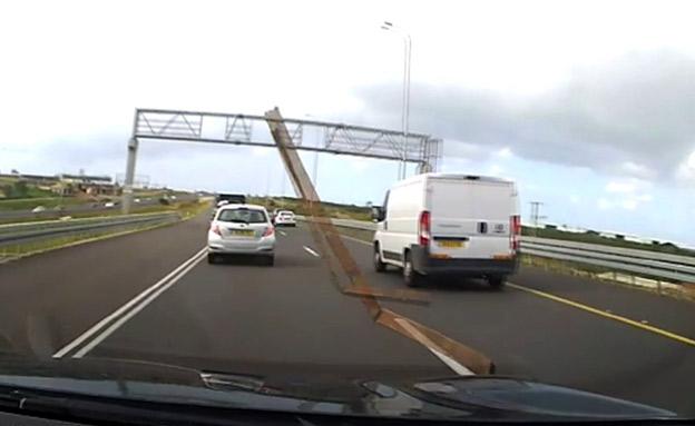 תיעוד: המוט מנפץ את שמשת הרכב (צילום: החדשות)