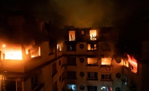 10 נהרגו, עשרות נפצעו. הבניין הבוער (צילום: רויטרס, חדשות)