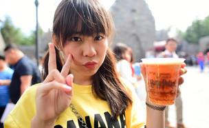 מעריצה שותה בירצפת (צילום: shutterstock | Happy Together)