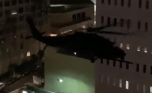 מסוק הקרב שנחת בלב העיר וגרם לבהלה (צילום: Alex Strezev@Youtube)
