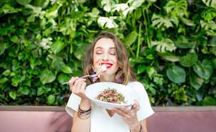 אישה אוכלת  (צילום:  RossHelen, shutterstock)