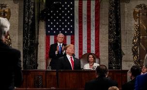 צפו: טראמפ מברך ניצול שואה (צילום: רויטרס, חדשות)