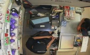 """""""פייק שוד"""": הקופאי סייע לשודדים (צילום: מצלמות אבטחה, חדשות)"""