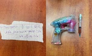 האקדח והפתק בהם השתמש השודד (צילום: דוברות המשטרה, חדשות)