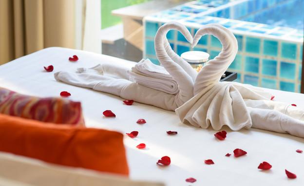 חדר שינה רומנטי (צילום: By Dafna A.meron, shutterstock)
