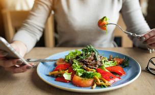אישה אוכלת בריא (צילום: PH888, shutterstock)