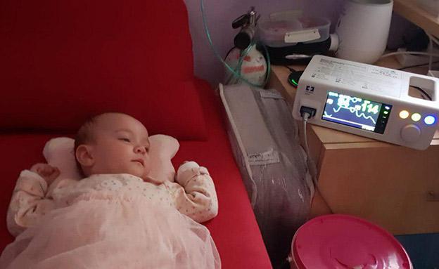 התינוקת אולגה עם המוניטור החדש (צילום: באדיבות המשפחה, חדשות)