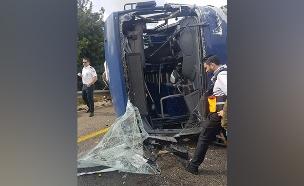 """התהפכות האוטובוס (צילום: דוברות כב""""ה מחוז יו""""ש, חדשות)"""