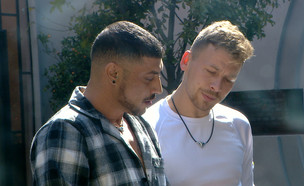 """דודו ודומיניק מדברים במרפסת (צילום: מתוך """"2025"""", שידורי קשת)"""