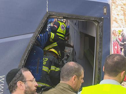 חילוץ לכודים מתוך האוטובוס