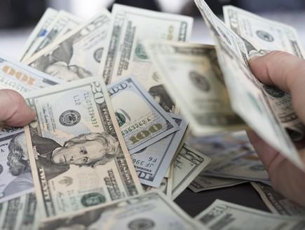 דולרים ברחוב (צילום: SeaRick1, shutterstock)