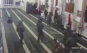 צפו ברגעי הפשיטה על בית החשוד (צילום: מצלמות האבטחה, חדשות)