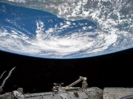 תחנת חלל משקיפה על כדור הארץ