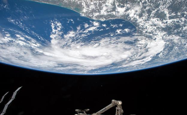 תחנת חלל משקיפה על כדור הארץ (צילום: רויטרס, חדשות)