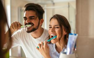 זוג מצחצח שיניים (צילום:  bbernard, shutterstock)