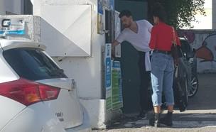עמרי בן נתן ועדן פינס בחניה (צילום: אלון חן)