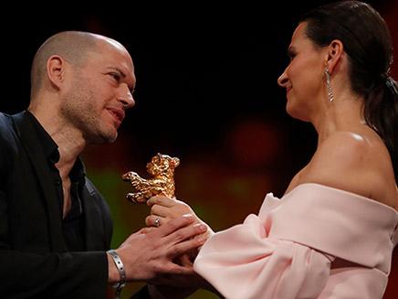 נדב לפיד מקבל את פרס דב הזהב