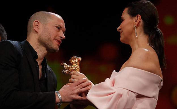 נדב לפיד מקבל את פרס דב הזהב (צילום: רויטרס, חדשות)