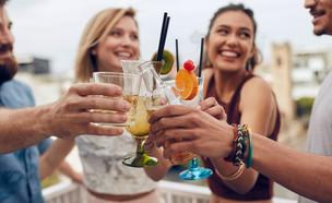 חבורה שותה (צילום: shutterstock | Jacob Lund)