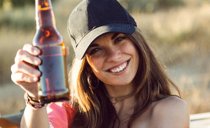 אישה שותה בירה (צילום: shutterstock | Josep Suria)