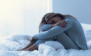 אישה במיטה נדודי שינה (צילום: By Dafna A.meron, shutterstock)