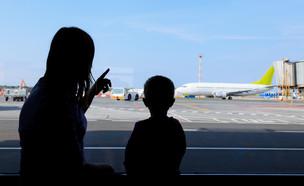 אמא וילד בשדה התעופה, אילוסטרציה (צילום: By Dafna A.meron)