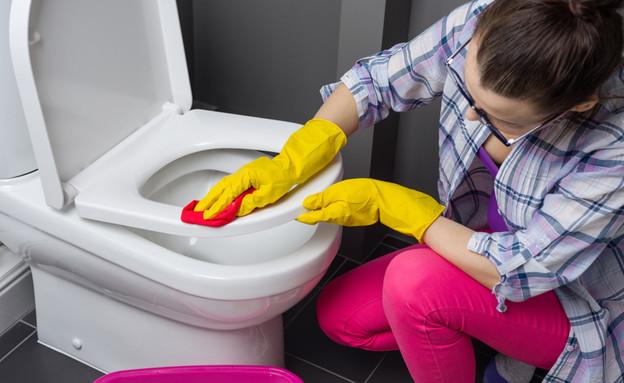 אישה מנקה שירותים (צילום: VH-studio, shutterstock)