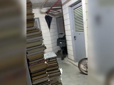 ספרים ואופניים מחוץ לדירות בחניונים