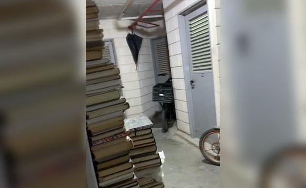 ספרים ואופניים מחוץ לדירות בחניונים (צילום: החדשות)