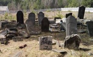 בית הקברות שהושחת בפולין (צילום: חדשות)