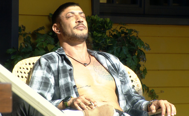 """דודו נהנה מהשמש (צילום: מתוך """"2025"""", שידורי קשת)"""