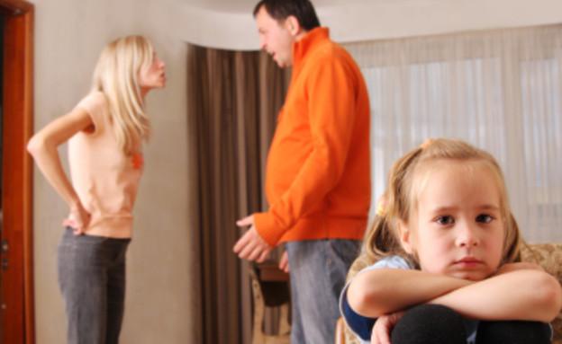 הורים רבים ליד הילדה (צילום: istockphoto)