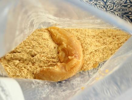 מכניסים רצועת חזה עוף לשקית פירורי הלחם