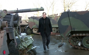 טנקים בשדה הקרב - ובחצר הבית. צפו (צילום: חדשות)