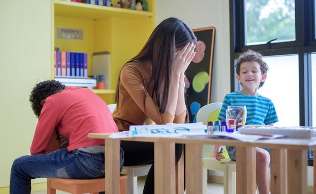 גננת מתוסכלת בגן ילדים (אילוסטרציה: kateafter | Shutterstock.com )