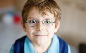 ילד עם משקפיים (צילום: shutterstock By Romrodphoto)