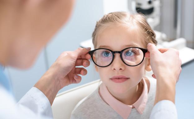 ילדה עם משקפיים (צילום: shutterstock_ By LightField Studios)