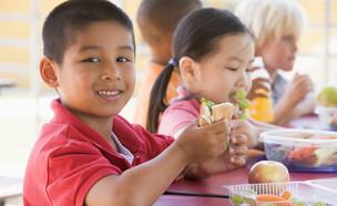 ילדים אוכלים מכלי פלסטיק (אילוסטרציה: kateafter | Shutterstock.com )