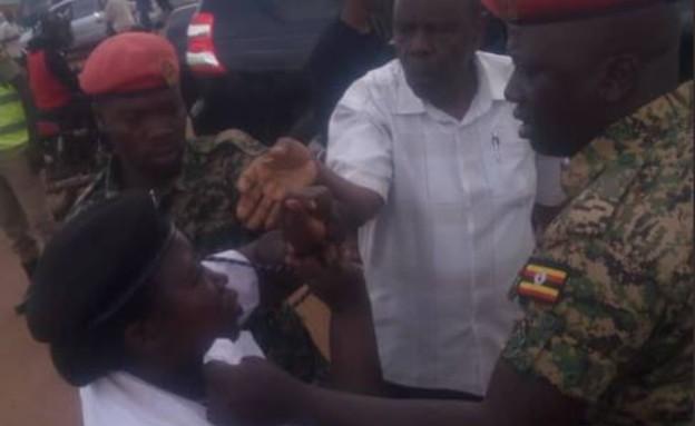 חיילים בצבא אוגנדה מכים שוטרת (צילום: observerug@Twitter)