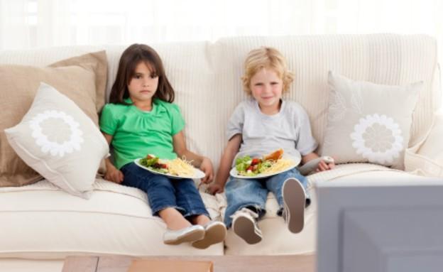 ילדים אוכלים מול הטלוויזיה (צילום: אימג'בנק / Thinkstock)