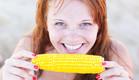 אוכלת קלח תירס (צילום: Iryna Prokofieva, shutterstock)