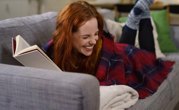 בחוורה קוראת ספר צוחקת (צילום: By Dafna A.meron, shutterstock)