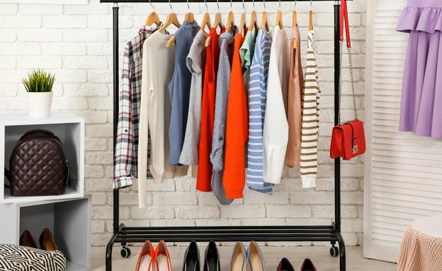 מכירת בגדים ביתית (צילום: By Dafna A.meron, shutterstock)