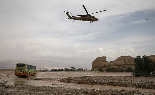 מאמצי החילוץ (צילום: הדס פארוש / פלאש 90, חדשות)