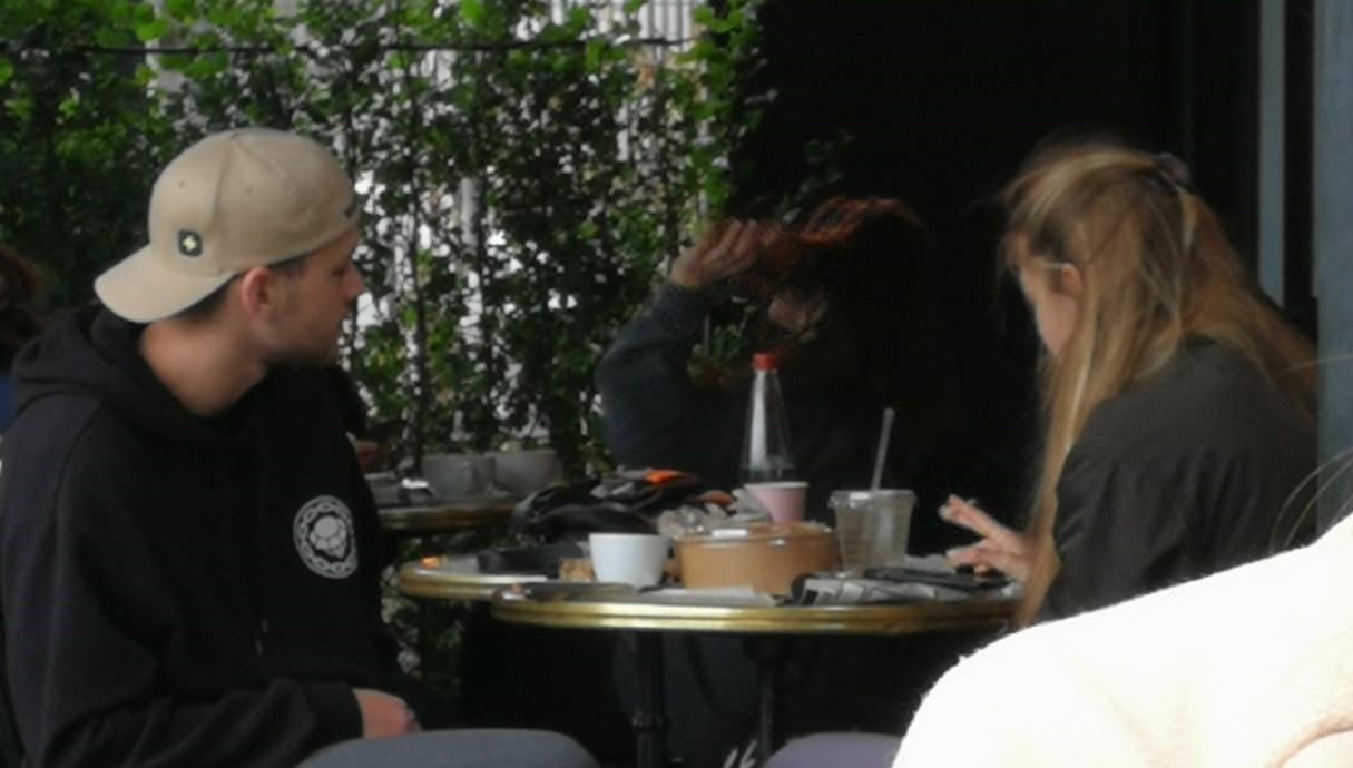 און רפאלי מבלה בבית קפה