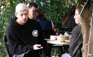 און רפאלי מבלה בבית קפה (צילום: אלון חן)
