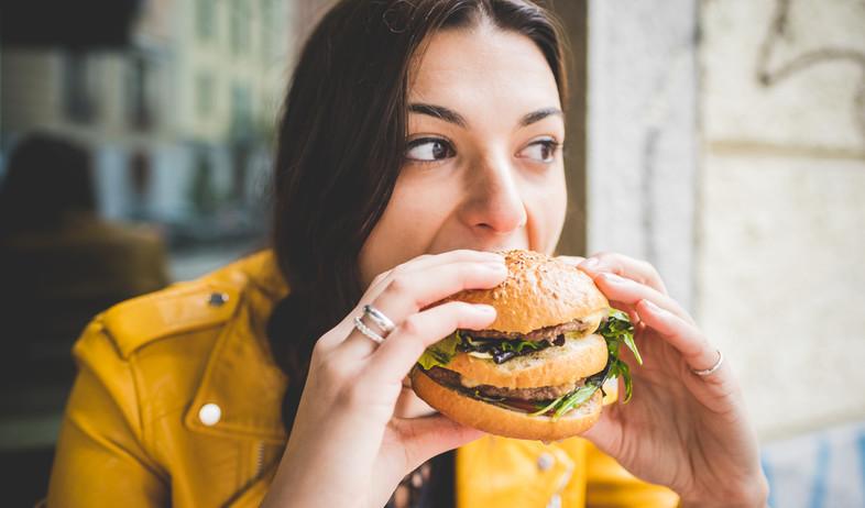 אישה אוכלת המבורגר (צילום:  Eugenio Marongiu, shutterstock)